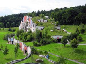 Dachbegrünung am Beispiel eines Hotels. Dachökologie und Dachbiologie wird bei uns großgeschrieben.