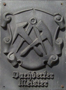 Gegossenes Logo der Dachdeckerzunft